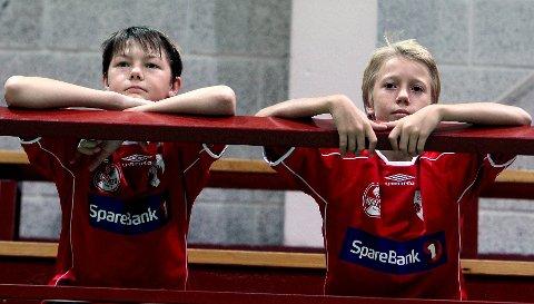 HK Rygge-guttene Alexander Gulljord (til venstre) og Lars-Jørgen Kristiansen var med på det yngste partiet, men de fulgte interessert med fra tribunen når de eldre ungdommene trente.
