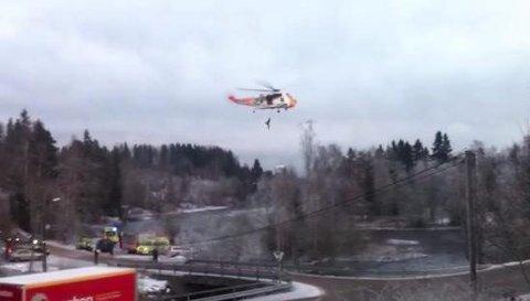 Her blir mannen reddet av mannskap på Sea King-helikopteret fra Rygge.