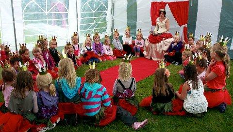 En stor ring med prinsessekandidater er klare for å høre eventyret om Jordbærprinsessa. Etterpå skal de lære å te seg som en ordentlig prinsesse.