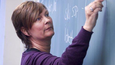 Siste frist: Lærer Ranja Mathisen hjelper elevene med de siste forberedelsene  før tentamen og mulighet for bedre karakter.