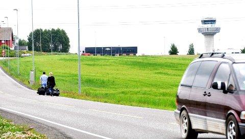 Med to kofferter i bredden kan dette fort bli trafikkfarlig, selv på sommerstid. Fartsgrensen er 60 og 80 på strekningen, og gang- og sykkelvei er det bare på de første metrene på strekningen fra Fokserød.
