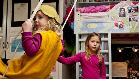 Maja Borg Mortensen (5) i husken får fart av venninnen Ella Nicoline Fagerhaug Clausen (6).