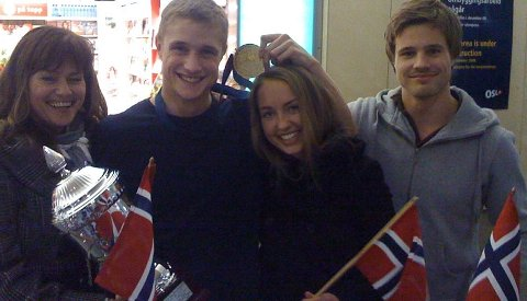 Her er helten sammen med kjæresten sin, Nora Vennesland. Til venstre står mamma Lise Krogstad og til høyre lillebror William. Foto: Espen Normann