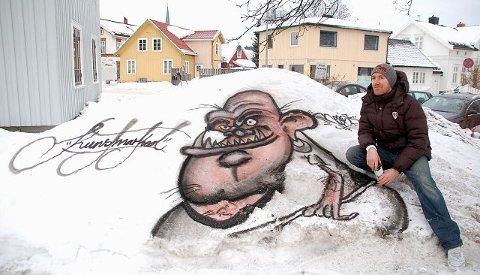 Graffitikunstner Kim Kolstad har malt et troll i snøen på utsiden av Kunstmarked. Han er én av få kunstnere innen graffiti i Sandefjord, og ønsker å skape et større miljø.Foto: Maja Christensen