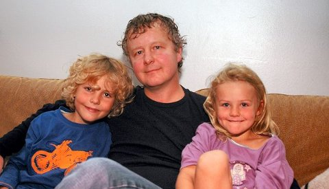 FORNØYDE: Ludvik og Ronja er enige; pappa Are Karlsen gjør en god jobb som barneoppdrager. FOTO: TOM ARILD DAHL