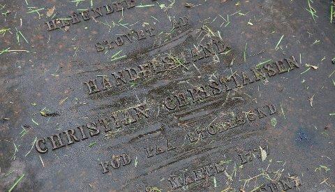 """""""HERUNDER HVILER STØFET AV"""": Gravhellen til kjøpmann Christian Christiansen som døde i 1853 er fortsatt i god stand. Etter ønske fra Christiansen-familien ble gravene beholdt etter at kirkegården ble stengt. Familien ga senere bort tomteområdet hvor Christine Elisabeths gravlund ligger."""