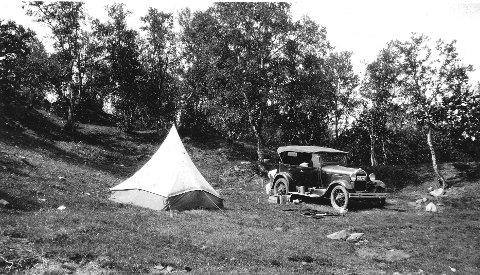 På telttur: På biltur til Dovre i 1934. Bilen er parkert og teltet er slått opp på et idyllisk sted. Den gangen var det smått med campingplasser. I stedet måtte man finne passende steder til teltet i nærheten av veien. Fotograf ukjent. Alle foto: Utlånt av Ski bibliotek/Ski historielag