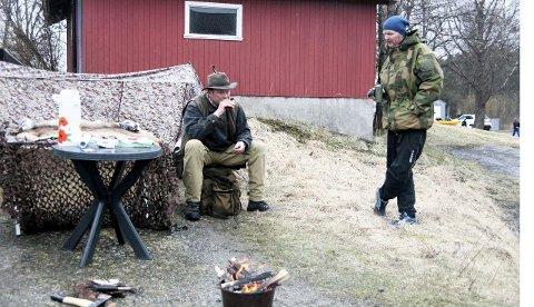 Hver sin post: Vegard Renfelt (Til venstre) fra Oppegård Jeger- og fiskeforening og Torgils Utne fra Ra padleklubb hadde ansvaret for hver sin post på tunet til Østre Greverud gård.