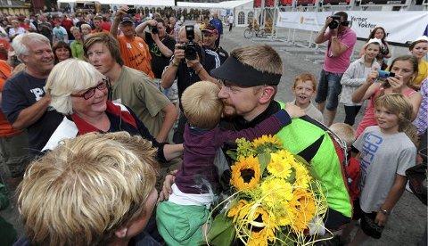 STOLT MOR_: Mamma Aslaug (t.v.) venter på å få gi sønnen en klem.