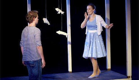 På en teaterscene i Polen lever gutten Boj og moren med en voldelig mann i stykket «Sinna mann» basert på Gro Dahles bok med samme navn.