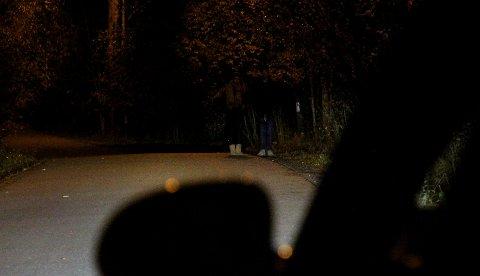 UTEN REFLEKS: Hvor mange personer ser du 40 meter fram på dette bildet? En bilist som kjører med nærlys i 50-sonen, har bare to sekunder på å avverge en ulykke når sjåføren først oppdager en fotgjenger uten refleks. FOTO: NAF