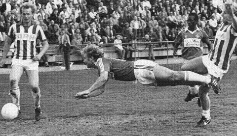 1981: Kai Arild Lund, SIF, «liggende» midt på bildet. Bildet er fra en kamp mellom SIF og Sarpsborg i 1981. FOTO: DT-ARKIV