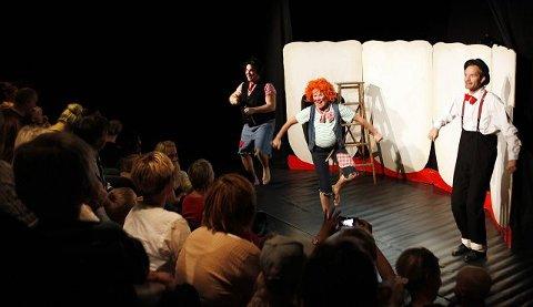 for barn: Skuespillerne fra Egal Teater fikk barna engasjert i historien om Karius og Baktus.