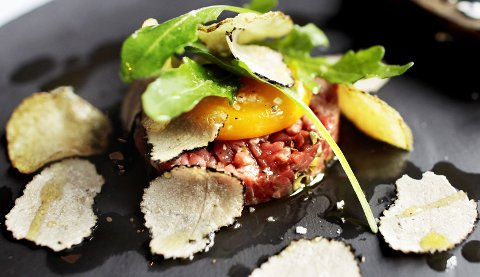 Tartar av kvalitetskjøtt, med eggeplomme, Sørlandschips, ruccola og trøffel på toppen.