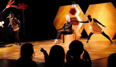 """ZZZZ: Engel Marie Rieck (6) peker mot biene som får utfolde seg på scenen i barneforestillingen """"Bzz Bzz Dada Da Bee"""" som har premiere i dag. Fredag ble den vist for et utvalg barnehager i Bærum, deriblant Eikelia barnehage der Eva går. FOTO: ULF HANSEN"""