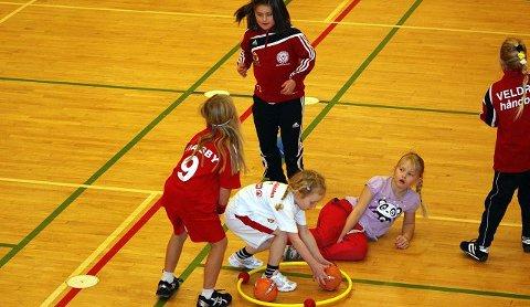 bf8ca0dd Oppvarming: Barna varmer opp med lek, før de fortsetter med spill. Foto: