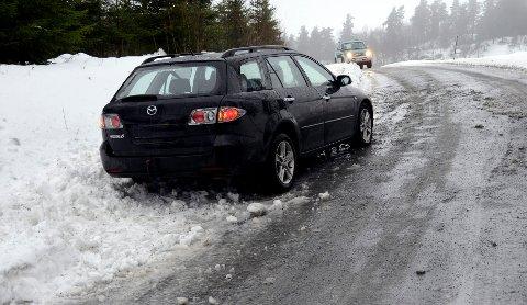 Det milde været har ført glatte veier. Her, på Råstad, klarte ikke føreren av denne bilen å holde seg på veien. Foto: Olaf Akselsen