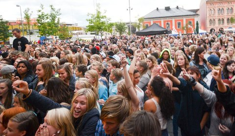 Elvefestivalen, som her på Strømsø torg, er en folkefest. Nå ønsker Drammen seg flere slike store byfester.