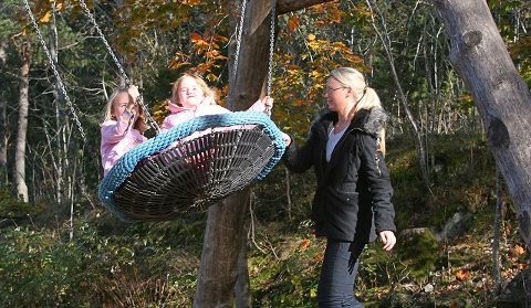 FORNØYD: – Et kjempefint sted, sier Christina Rønnestad og gir småsøstrene Hannah (t.v.) og Emma en dytt.