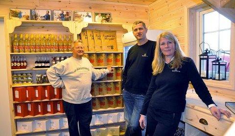 <B>NY GARDSBUTIKK: </B>Hans Olav Sauar, Åge Bjørnerud, og Britt Sauar ra Epleblomsten, startet i går opp sin nye gardsbutikk som byr på eksklusive varer først og fremst fra Telemark. <B></B>