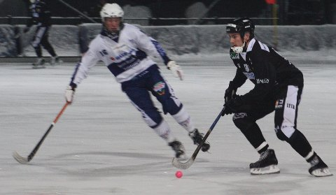 Marius Austad (t.h) var med å slå Drammen bandy 7-6.