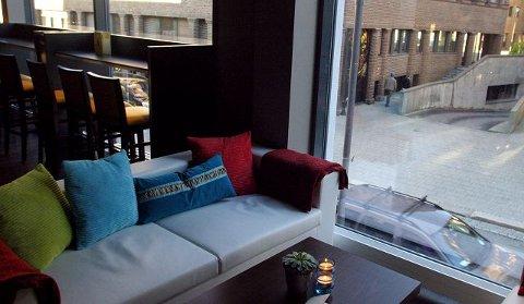 d coffee and stuff. Loungeområdet mot Storgaten.