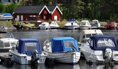 Sørlandet?: Bildet kunne vært fra en småbåthavn på Sørlandet, men er det ikke. Vi må lenger nord, nærmere bestemt til Moelv båthavn.