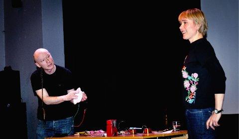 """Fra idé til utrykk: Siri Austeen og Audun Eriksen med """"Elektro-lyd"""", en inspirasjonsforestilling der enkle lydfeno-mener på grensa til det magiske viser noen av mulighetene på et felt nært inntil området hvor kunst kan oppstå. Foto/montasje: Hilde Berit Evensen"""