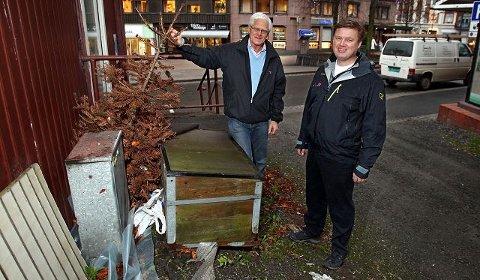 – Nå er det snart jul igjen, og da er det på tide å få vekk gamle juletrær og annet søppel, sier Kjell Kåsin (t.v.) og Christer Johnsen. De inviterer lag og foreninger til å bli med på ryddedugnad i sentrum.