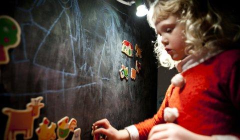Marte viser gjerne fram hvordan magneter og kritt brukes på tavla.