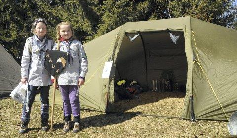 ERFARNE: Hanne Rugsveen og Ihne Nersveen Østberg Johnsen fra Elverum er bare ti år, men er allerede godt vant til å bo i telt.