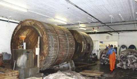 Store tromler:   Store valker står på rekke og rad i fabrikklokalene.