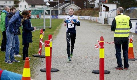 BESTE LOKALE: Rune Paulsen ble nummer to og beste lokale løper på helmaraton under fjorårets Karmøy Maraton. Ann Kristin Mosbron i arrangementskomiteen følger nøye med.arkivfoto: Jan Kåre Ness