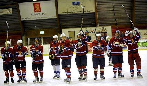 KIFs hockeyherrer jubler etter triumfen i Kongsberghallen søndag kveld. FOTO: OLE JOHN HOSTVEDT