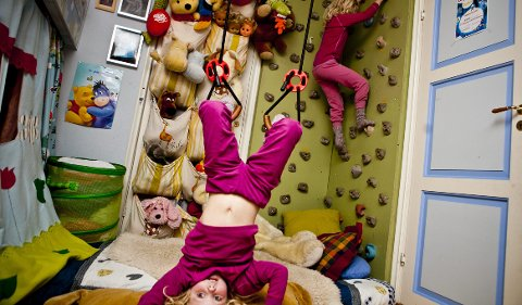 På rommet til Maja (opp ned) og Marte Borg Mortensen (i veggen) kan man både henge og klatre.