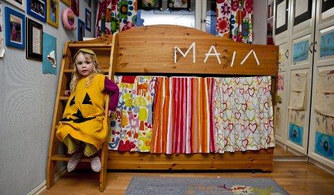 Bak gardinene under Majas seng er det lagerplass til leker og utkledningstøy, slik som gresskarkostymet.