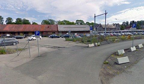 Slik så det ut på parkeringsplassen ved Moss stasjon før Jernbaneverket startet anleggsarbeidet.