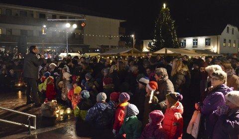 Fullt: Både små og sture fylte torget i Brumunddal til randen under kveldens julegrantenning.Foto: Jeanette Sandbæk Håland