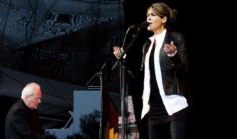 Kari Bremnes og Ketil Bjørnstad leverte en klokkeren og stemningsfull konsert på Tøihusplassen søndag.