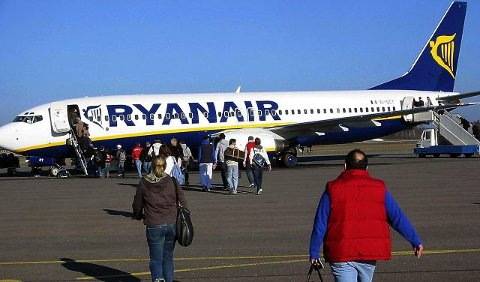 Fagbevegelsen tror at Ryanair flytter baseflyene fra Rygge om trykket mot selskapet skulle bli for ubehagelig på Rygge.