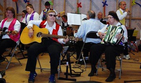 Line på gitar, Kathrine på trekkespill og resten av Samspill-orkesteret imponerte med blant annet «Honky Tonk Women» i egen musikalsk drakt.