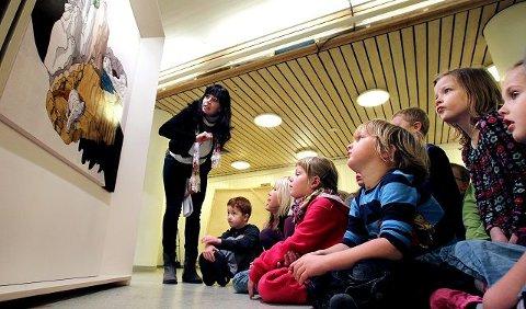 – Fikk dere lyst til å lage kunst nå? Spurte formidler Kristin Romberg. – Jaaa! Ropte 1.-klassingene på Krapfoss skole etter å ha latt seg fascinere underveis i kunst-skoletimen i går. (Foto: Terje Holm)