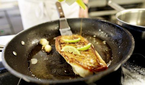 Å sprøsteke uer med skinnet på krever full oppmerksomhet fra kokken.