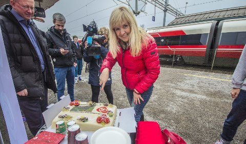 Feiret med kake: Stortingsrepresentant Gunvor Eldegard (Ap) feirer en fullfinansiert Follo-bane på Ski stasjon fredag.     FOTO:  Markus Plementas.