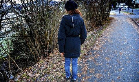 I denne grøften ble den da 18 år gamle jenta dratt ned i og voldtatt av en ukjent familiefar fra Polen. En nabo hørte skrikene og fikk stanset voldtekten.