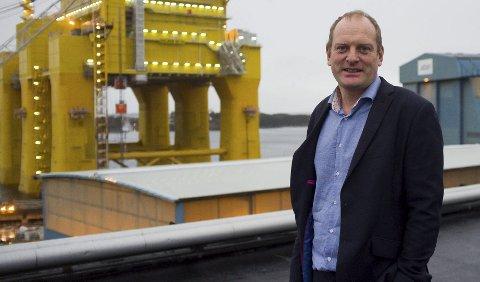 114 år på risøy: Verftsdirektør Bjørn Pedersen er opptatt av å gripe mulighetene til mer arbeid i tiden som kommer. Den knallgule plattformen Dolwin Beta ligger på Risøy til sensommeren 2015. Det var her den ble tegnet og her fullføres den.FOTO: EVA M. STERNHOFF