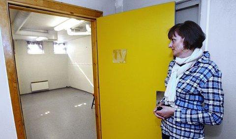 Avdelingsleder Ann Kristin Olaussen viser frem et rom i kjelleren på Melløsparken som frem til i vinter ble brukt til overnatting for ansatte.