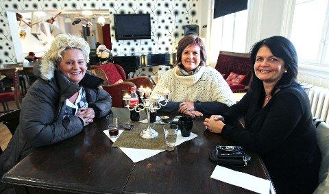 – Dette er en koselig cafe med god mat, sier Nina Dyhre, Janne Ødegaard og Ellen C. Madsen, som var på kulturcafeen.