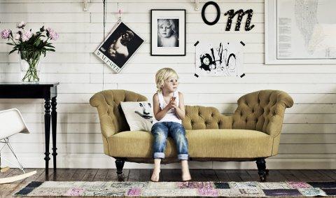 Hjemme hos familien Johansson-Jungermark er bilder, malerier, plakater og blomster samlet på stua. Charlie Jungermark (5) er både kunstner og modell.