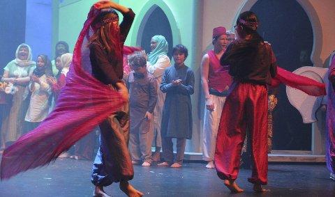 Jentene danser i ekte bollywood-stil.